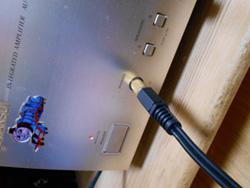オーディオアンプの「PHONE端子」にオーディオケーブルを挿す。