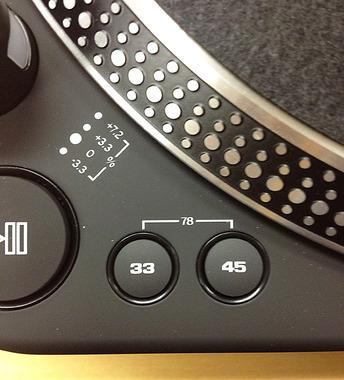 RP-6000 MK6のターンテーブルは33回転、45回転に加え、2つのボタン同時押しで、78回転にも対応します