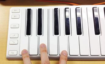 鍵盤を同時に打鍵